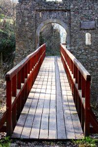 Zamek Cisy - most i brama wejściowa