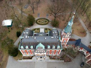 Pawłowice - widok na dziedziniec od strony parku